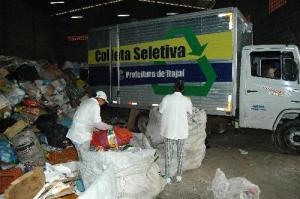 A volta da taxa do lixo é praticamente por incompetência do governo em não, pelo menos, tentar fazer o povo reciclar o lixo