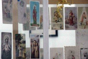 Além de fotos, objetos e documentos sacros, como estas lembranças de 1ª Comunhão antigas