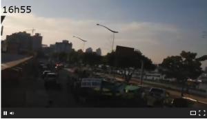 Hora que a manifestação de Itajaí passou pela frente da webcam da Beira Rio.